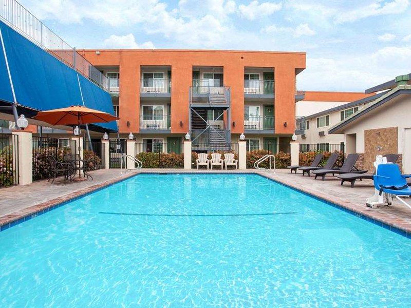 Travelodge Anaheim Inn & Suite on Disneyland Drive Pool