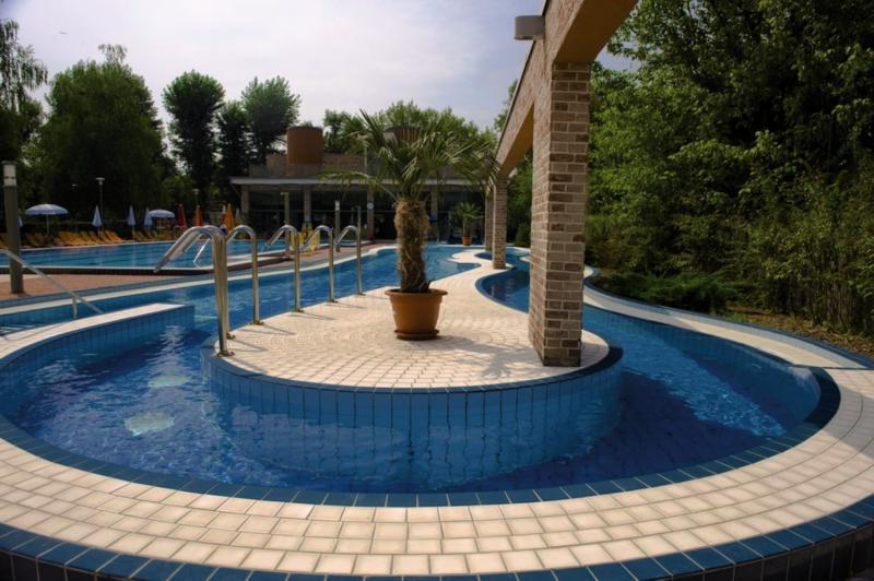 Holiday Beach Budapest Wellness & Conference Pool